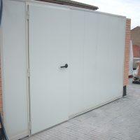 Barrera acústica con panel lacado en cara exterior y galvanizado en cara interior perforada.